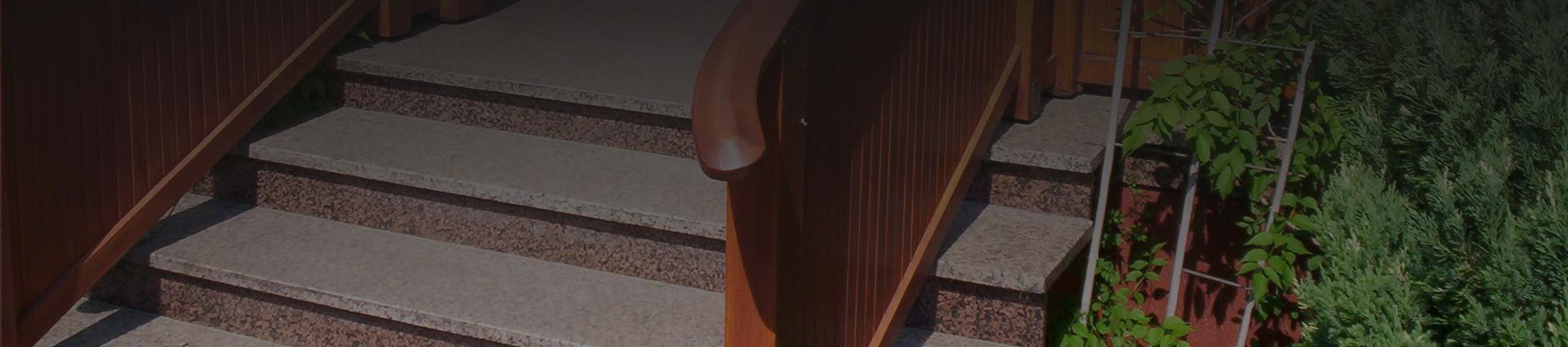 zbliżenie na drewniana poręcz schodów