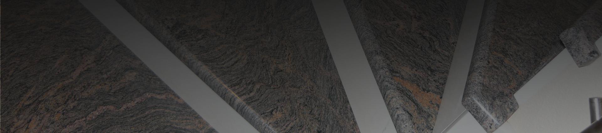 Zbliżenie na schody granitowe